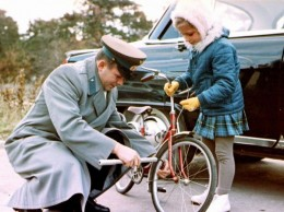 Гагарин с дочерью Галей на велосипедной прогулке.